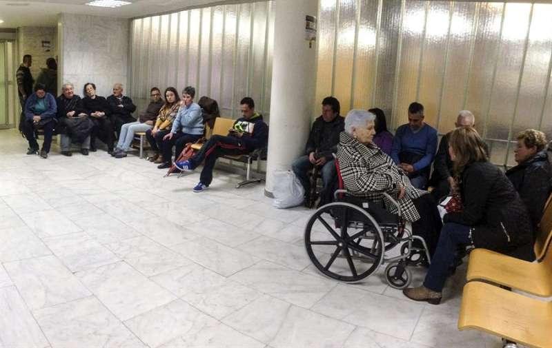 En la imagen, sala de espera de Urgencias de un hospital en plena campaña de la gripe. EFE/Archivo