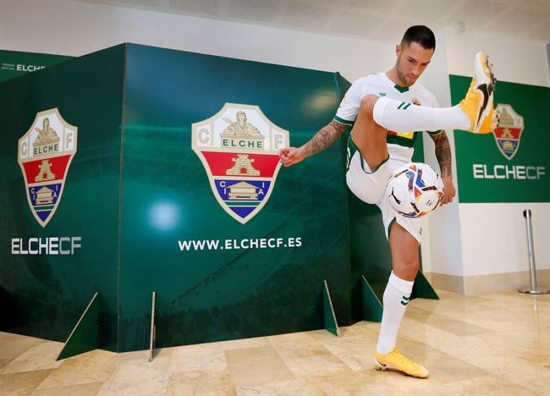 El jugador Tete Morente durante su presentación como nuevo jugador del Elche. EFE