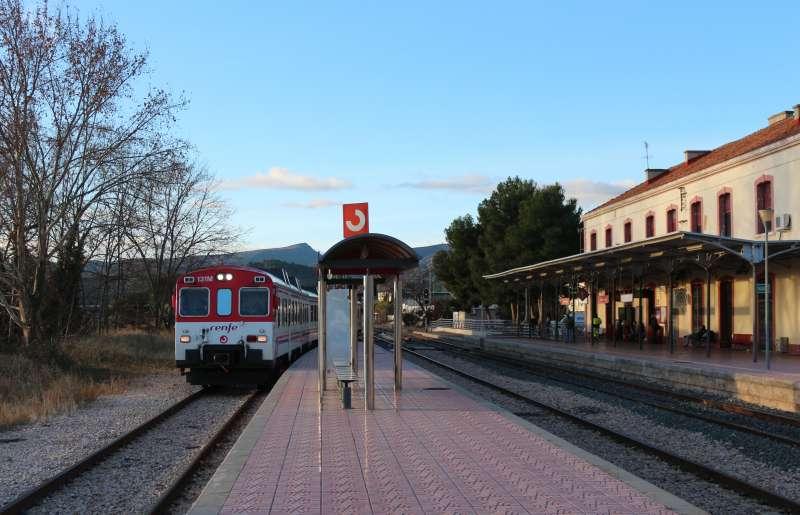 Tren de pasajeros en las estación de Segorbe