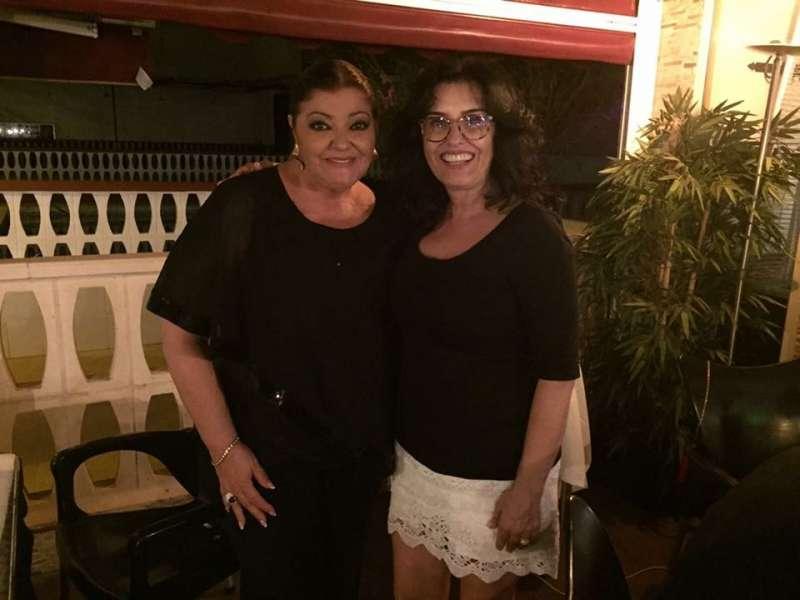 Ana Lucas con la artista Charo Reina, en la cena de los I Premios Aquí TV. FOTO EPDA