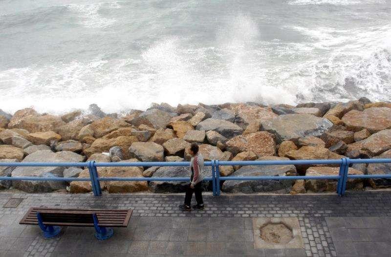 Imagen de archivo del espigón de una playa de Alicante. EFE/Archivo
