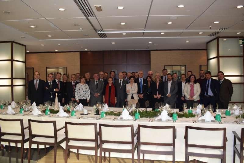 Los directores de los medios junto a los directivos de El Corte Inglés en el restaurante de El Corte Inglés Avenida de Francia. EPDA
