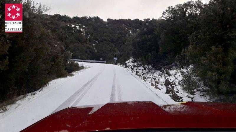 Imagen de las 9.00 horas de este jueves de la carretera de acceso a Vallibona, en una fotografía difundida por el Consorcio de Bomberos de Castellón.