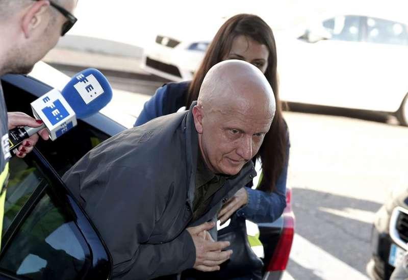 Paco Sanz, conocido como el hombre de los 2.000 tumores, a su llegada a los juzgados para prestar declaración. EFE