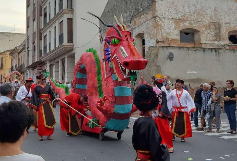 Un dragón por la calles de Soneja. Foto: M.Simón