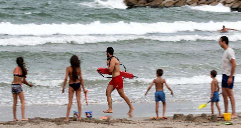 Imagen de archivo de un socorrista en una playa. EFE/Archivo