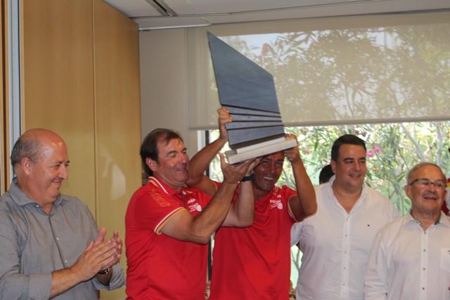 El seleccionador y el capitán levantando el trofeo. FOTO: DIVAL