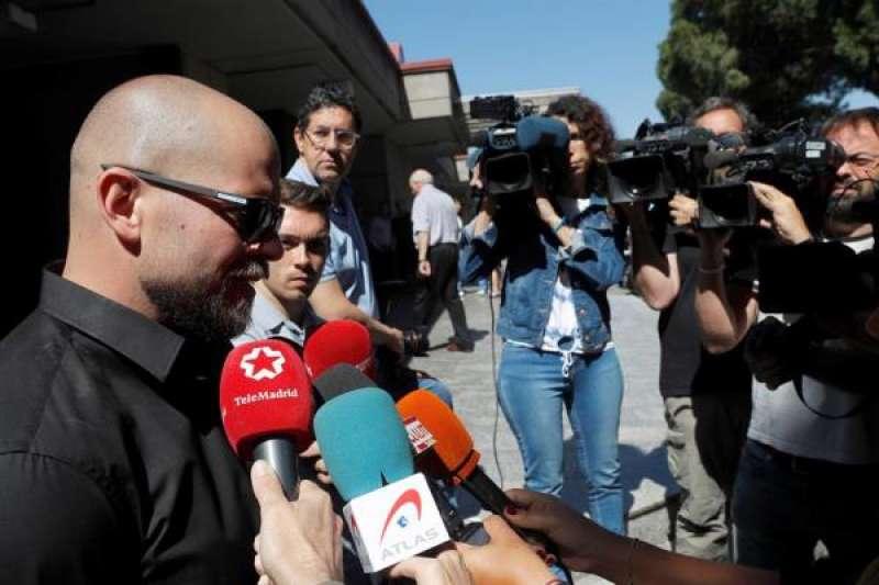 El hijo de Narciso Ibáñez Serrador, Alejandro Ibañez, realiza declaraciones a los medios de comunicación en una imagen de archivo./ EPDA