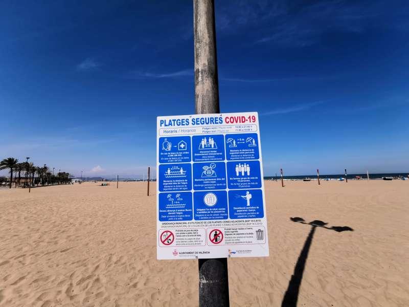 Cartelería en las playas de València. EPDA
