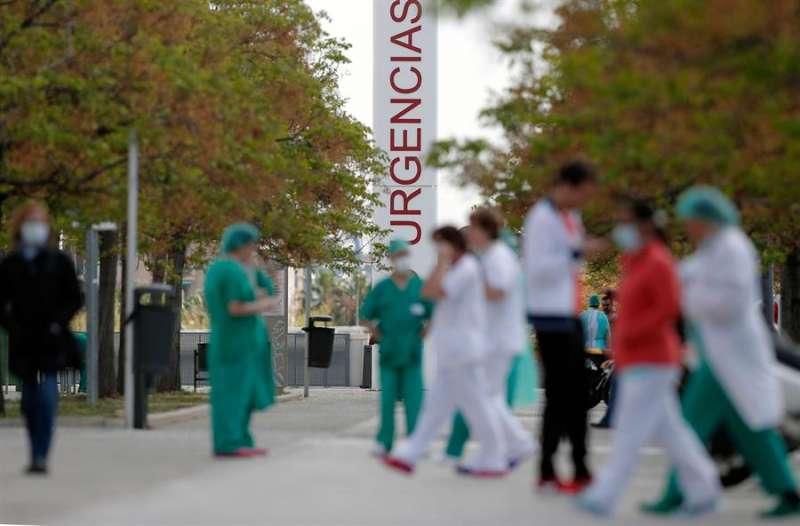 Trabajadores sanitarios del hospital La Fe de Valencia, en un momento de descanso. EFE/ Kai Försterling/Archivo