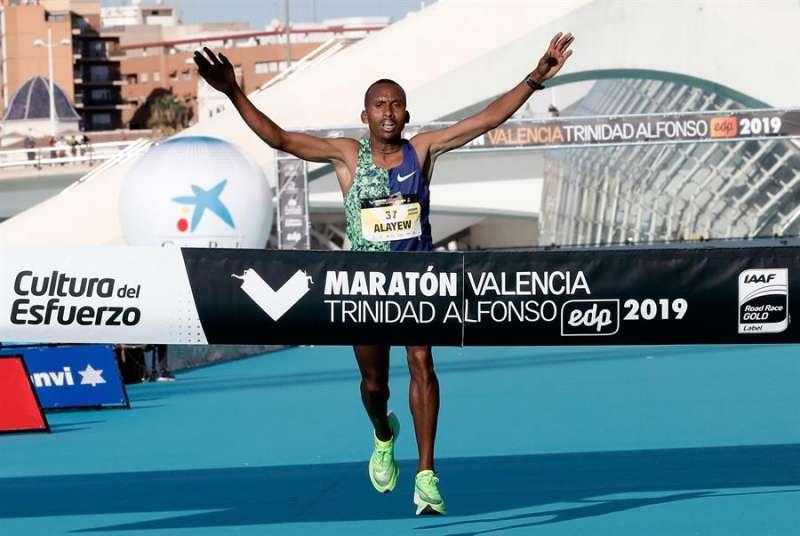 El corredor etíope Kinde Atanaw Alayew han sido el vencedor de la 39 edición del Maratón de Valencia Fundación Trinidad Alfonso-EDP con un tiempo de 2:03:53 horas EFE/ Juan Carlos Cárdenas