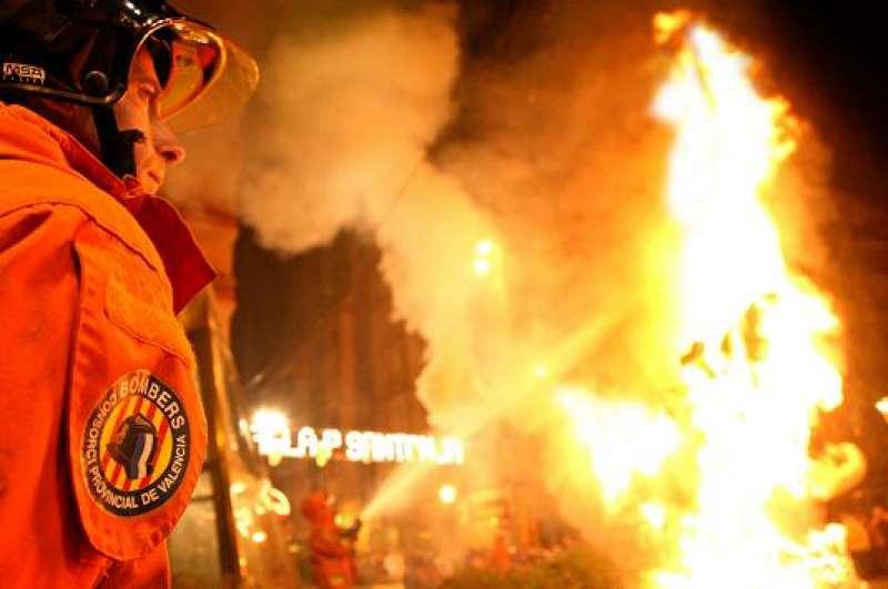 Un bombero en pleno trabajo de control del fuego