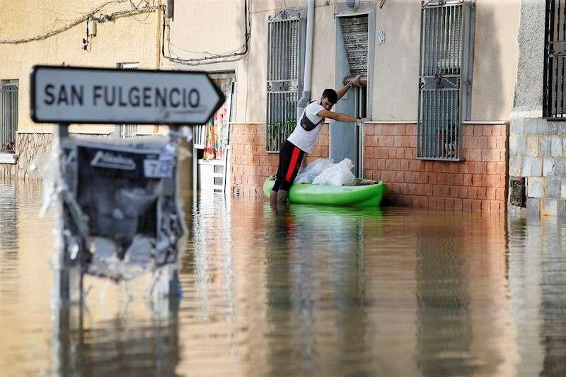 Vecinos de la población Dolores (Alicante) afectados por las recientes lluvias torrenciales. EFE/ Manuel Lorenzo