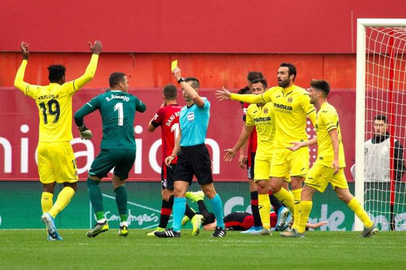 Los jugadores del Villarreal protestan tras el segundo gol del Mallorca. EFE