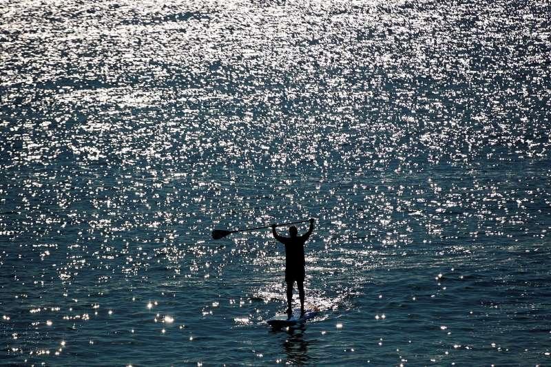 Una persona practica padel surf.