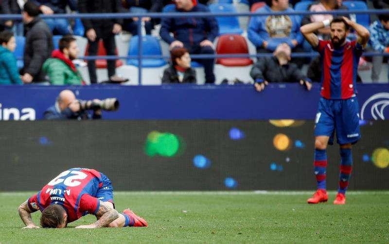 Los jugadores del Levante, Luna (i) y Morales, reaccionan durante un partido de Liga. EFE/Archivo