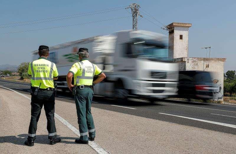 Dos agentes de la Guardia Civil de Tráfico durante un servicio. EFE