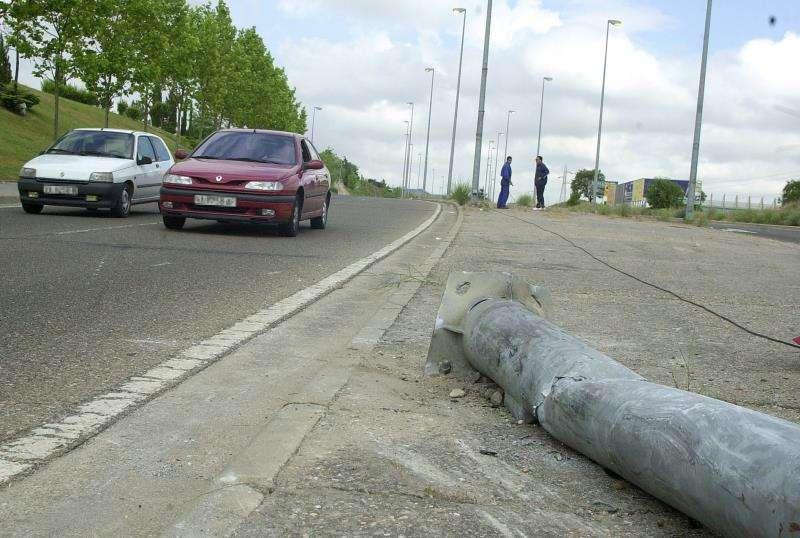 Escenario de un accidente de un coche contra una farola. EFE/Archivo