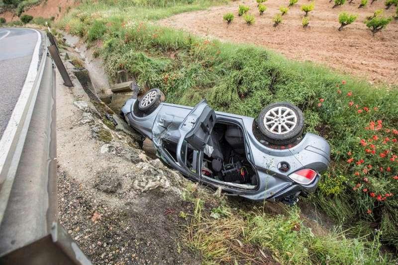 Imagen de archivo de un coche accidentado tras salirse de la vía y volcar. EFE/Paco Santamaría/Archivo