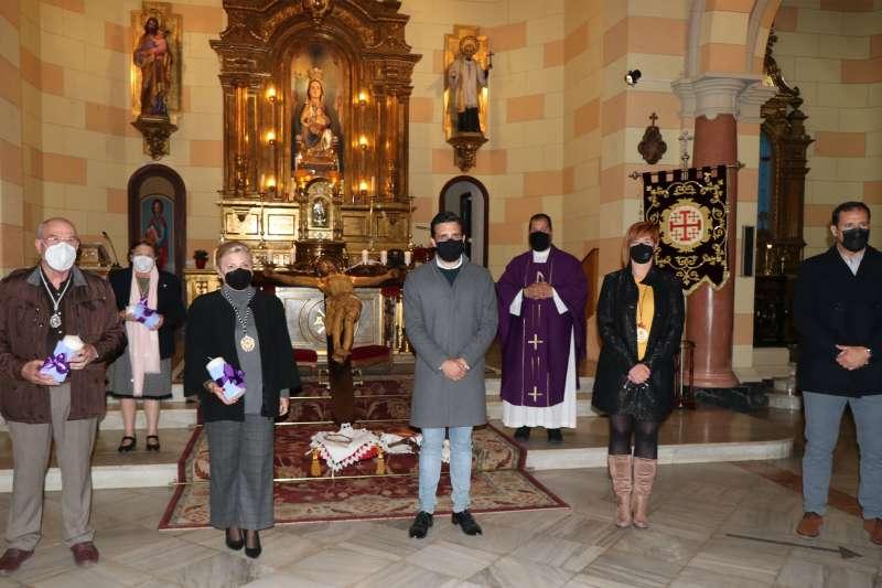Momento de la entrega de los cirios, en la parroquia de Nuestra Señora de Begoña, de Port de Sagunt.