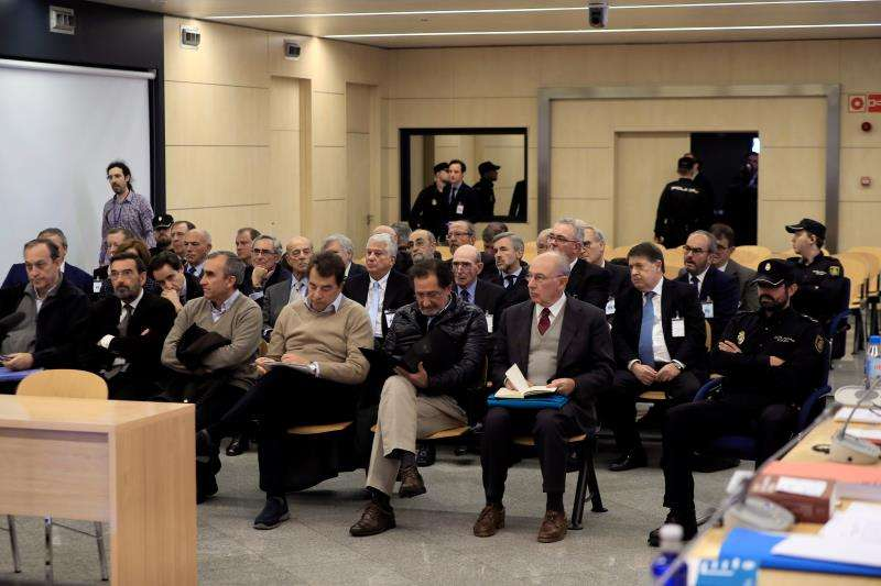 El expresidente de Bankia Rodrigo Rato (d, primera fila) junto al resto de acusados. EFE/Archivo