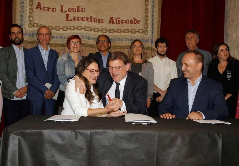 Los firmantes del pacto del Botànic, los líderes del PSPV-PSOE, Ximo Puig (centro), de Compromís, Mónica Oltra, y de Unides Podem-EU, Rubén Martínez Dalmau. EFE