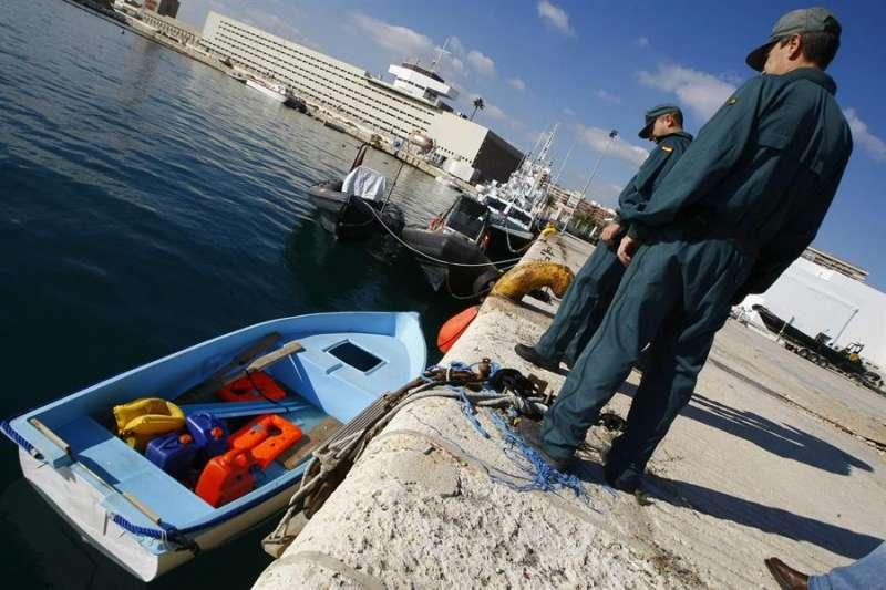 Dos agentes del Servicio Marítimo de la Guardia Civil custodian una patera interceptada cerca de la costa de Torrevieja. EFE/Archivo