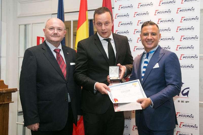El presidente del IEP entrega el premio a Albares Abogados. EPDA