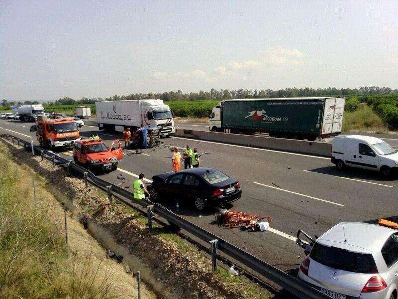 Fotografía facilitada por el Consorcio Provincial de Bomberos de un accidente ocurrido en la A-7 en Carlet conftres víctimas mortales. EFE/Archivo