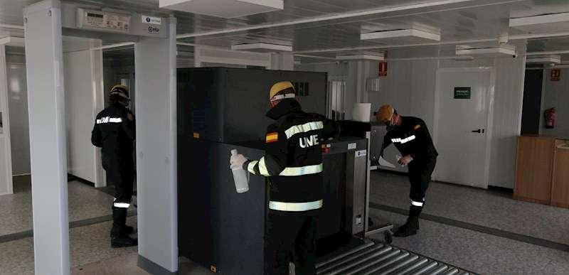 Agentes de la UME trabajan en la desinfección de las instalaciones del puerto de València. EFE