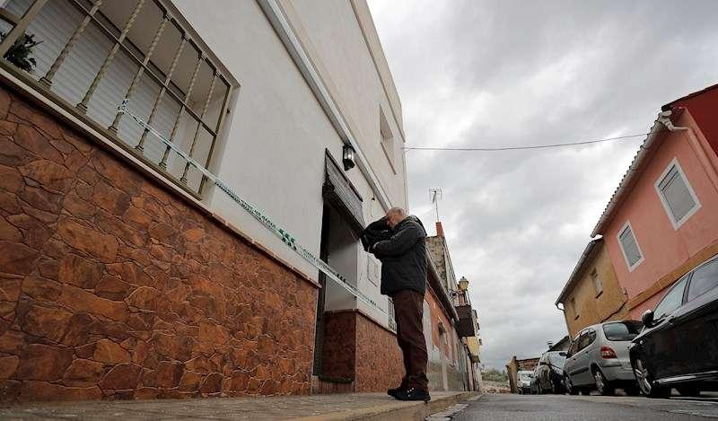 Imagen de la vivienda del detenido por la desaparición de Marta Calvo en el municipio de Manuel (Valencia). EFE/Manuel Bruque