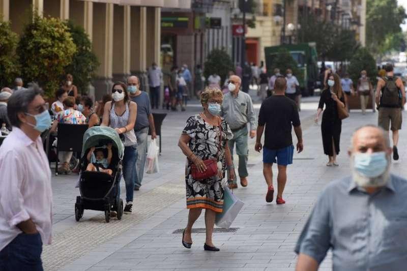 Varias personas con mascarilla caminan por una calle. EFE/Archivo
