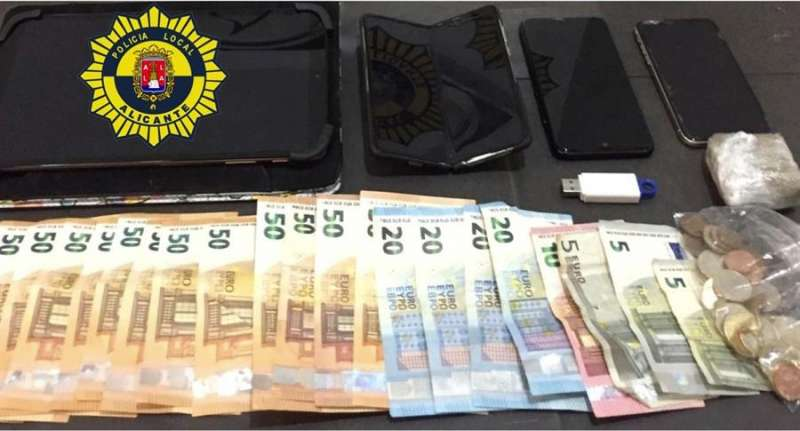 Imagen cedida por la Policía Local de Alicante del dinero incautado. EFE