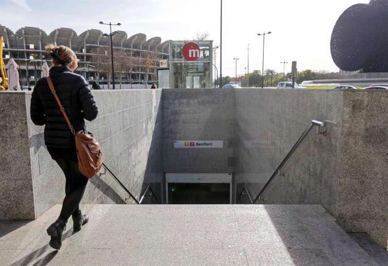 Una viajera en el acceso a la estación de Beniferri de Metrovalencia. EFE/Archivo