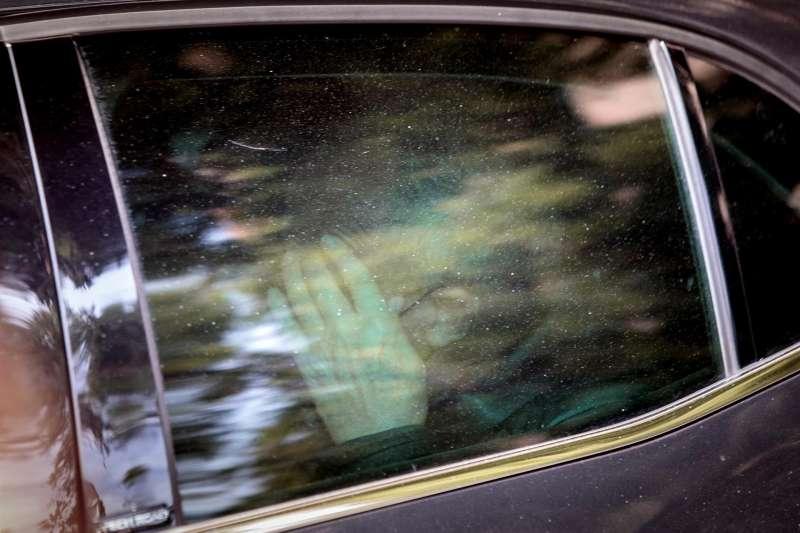 El exsubdelegado del Gobierno en Valencia Rafael Rubio, a su salida en un coche policial