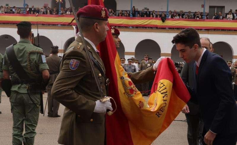 Un millar de personas jura la bandera en València en un acto multitudinario. EFE
