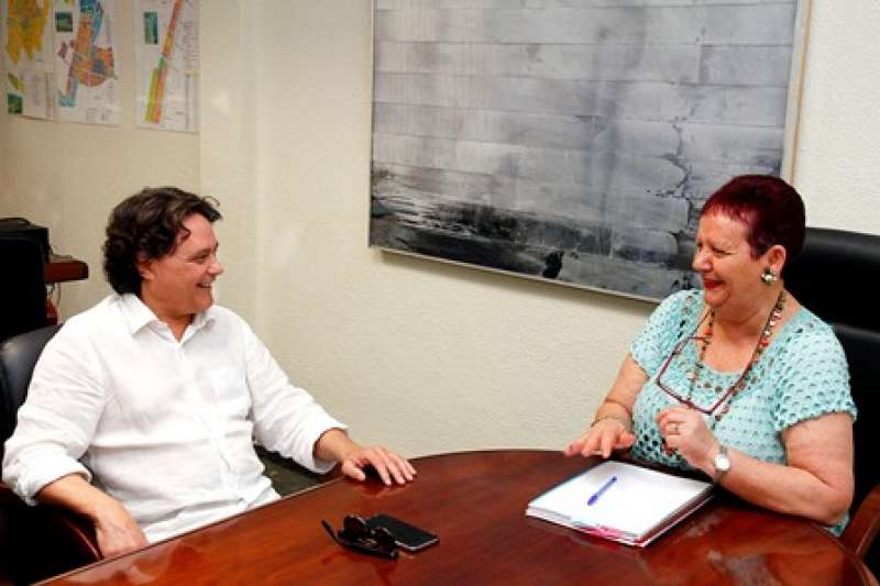 Lola Sánchez conversa con Jordi Garcés. EPDA