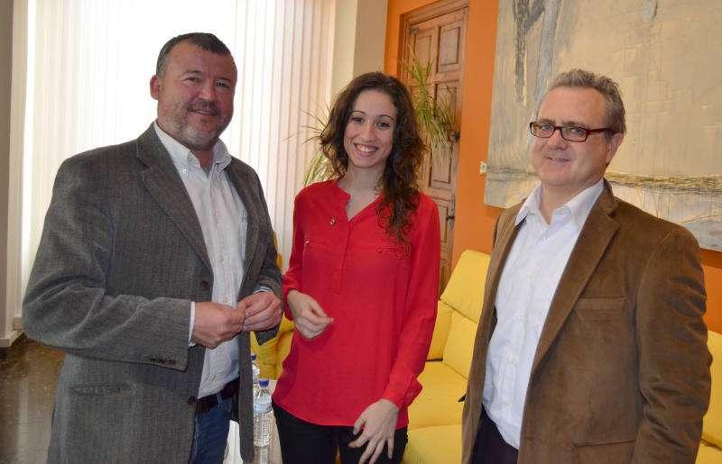 El alcalde y el concejal de Cultura de Sagunto con la soprano. EPDA