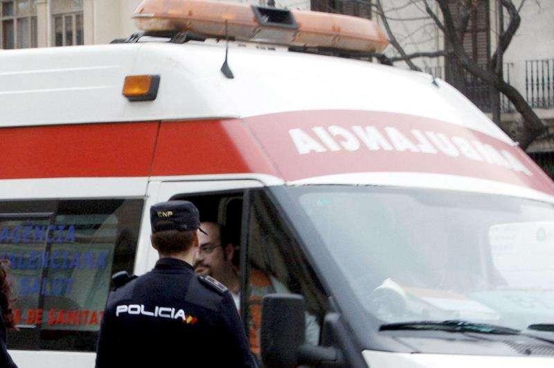 Imagen de archivo de una ambulancia en un suceso. EFE