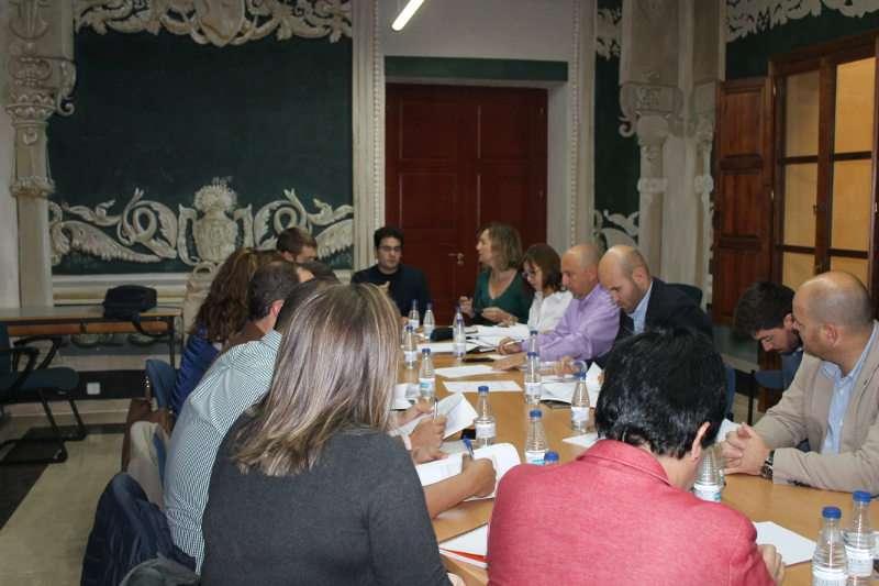 En la reunión, los miembros de la comisión de la estrategia Edusi