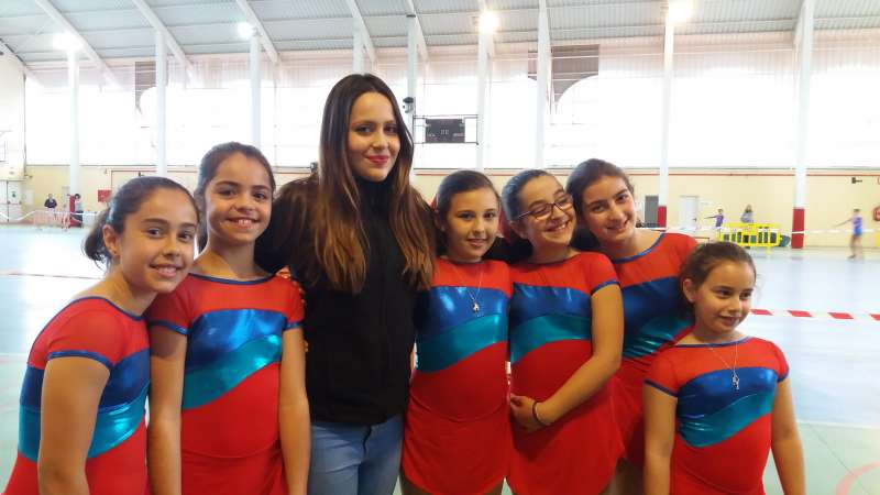 La entrenadora con las patinadoras del Club de Patinaje de Canet. EPDA