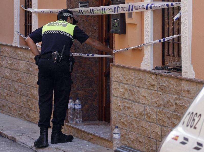 Orihuela (Alicante), 22 oct (EFE).- Un hombre de 34 años que se mostró extremadamente agresivo con un policía local de Orihuela(Alicante) ha sido reducido por el agente mediante la descarga de una pistola eléctrica, tipo Táser.