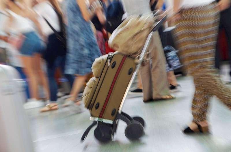 Turistas con sus maletas en la ciudad de València en una imagen de archivo. EFE/Ana Escobar