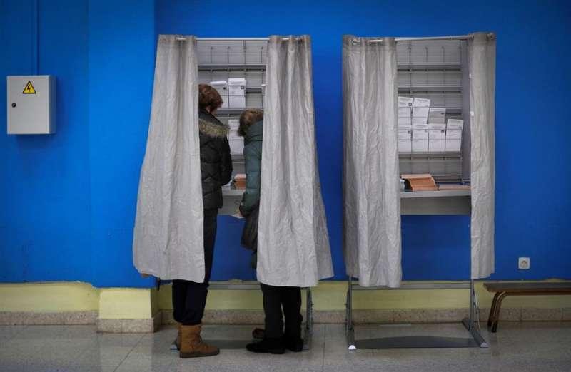 Dos personas eligen sus papeletas en un colegio electoral. EFE