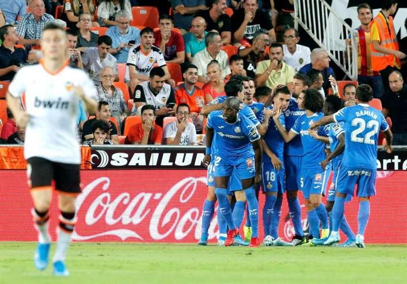 Los jugadores del Getafe celebran el primer gol marcado al Valencia por su compañero Jaime Mata durante el partido de la sexta jornada de Liga que disputaron en el estadio de Mestalla, en Valencia. EFE/Kai Försterling