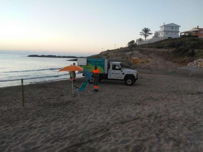 Retirada sombrillas playa./EPDA