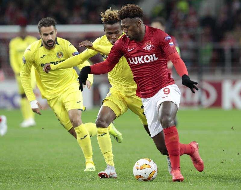Ze Luis (d) del Spartak disputa un balón ante Chimerenka Chukweze (c) del Villarreal hoy, jueves 4 de octubre de 2018, durante un partido de la Liga Europea UEFA, entre el Spartak de Moscú y el Villareal, en Moscú (Rusia). EFE/Archivo
