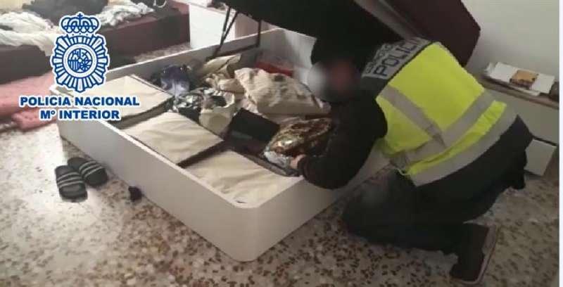 Imagen de un registro domiciliario practicado por la Policía. - EFE
