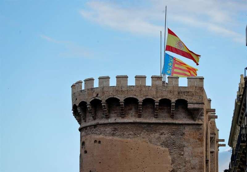 Banderas a media asta en las Torres de Quart de Valencia durante el estado de alarma. EFE