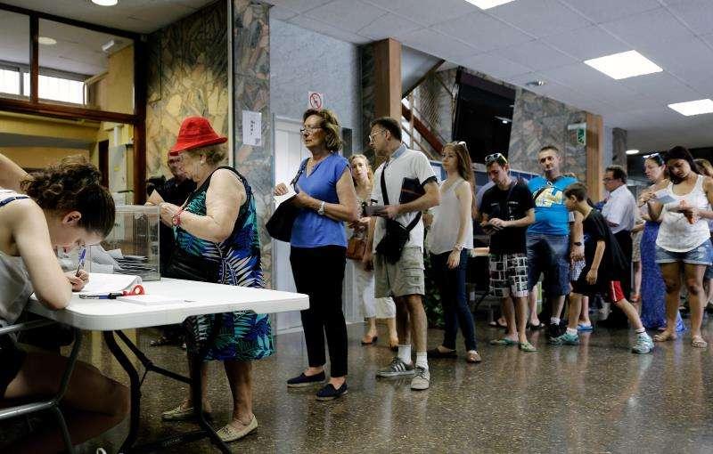 Un grupo de ciudadanos hacen cola para votar en un colegio electoral. EFE/Archivo